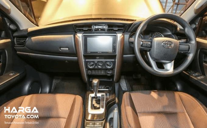 Gambar ini menunjukkan interior Toyota Fortuner bagian pengemudi