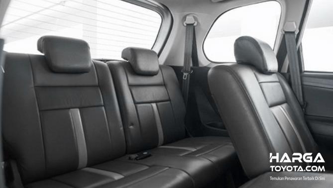 Gambar ini menunjukkan kursi belakang Toyota Avanza