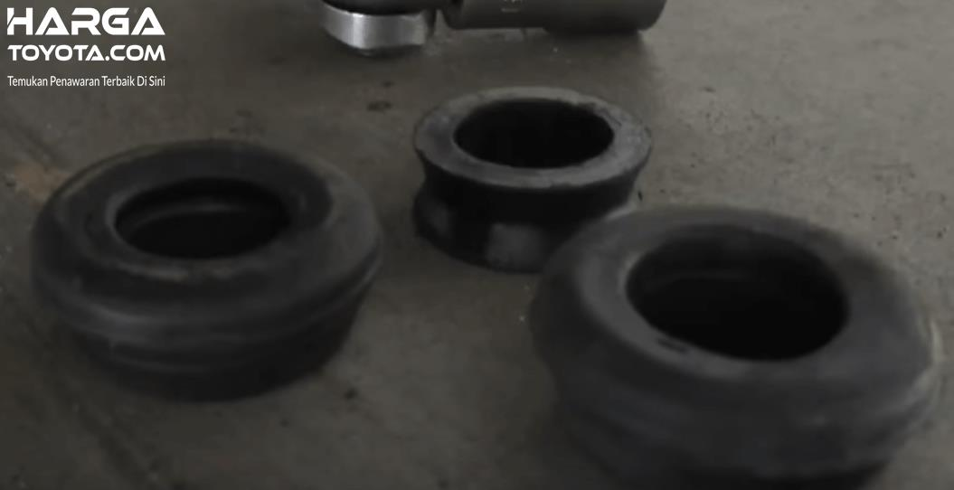 Gambar ini menunjukkan karet stabilizer pada suspensi belakang Toyota Avanza