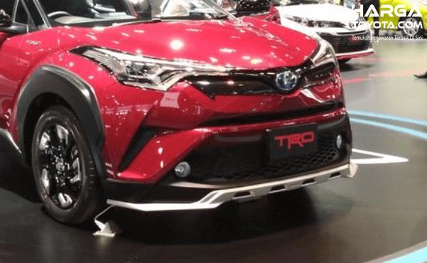 Gambar ini menunjukkan Toyota C-HR warna merah tampak depan