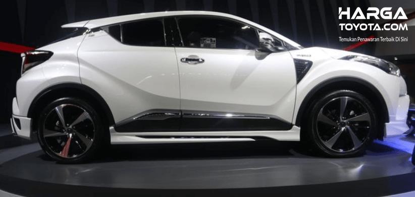 Gambar ini menunjukkan Toyota C-HR warna putih tampak samping