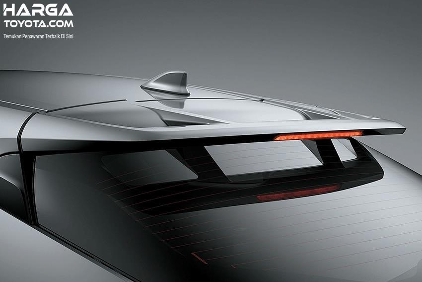 Gambar ini menunjukkan bagian atas belakang Toyota C-GR warna silver