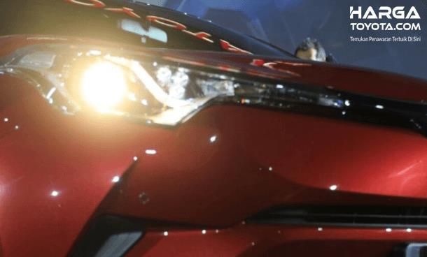 Gambar ini menunjukkan headlamp pada Toyota C-HR warna merah