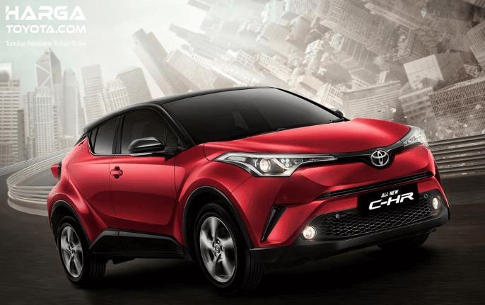 Gambar ini menunjukkan Toyota C-HR warna merah sedang melaju