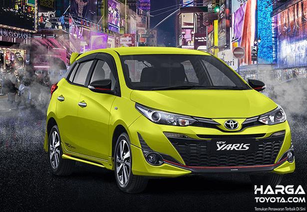 Gambar ini menunjukkan Toyota Yaris warna kuning tampak bagian depan