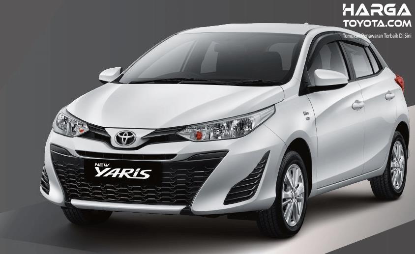 Gambar ini menunjukkan Toyota Yaris warna putih tampak depan dan samping kiri