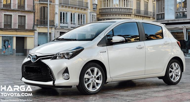 Gambar ini menunjukkan mobil Toyota Yaris warna putih tampak dari samping kanan