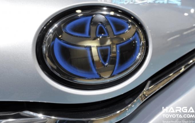 Gambar ini menunjukkan sebuah loho Toyota yang berada di dalam  kendaraan