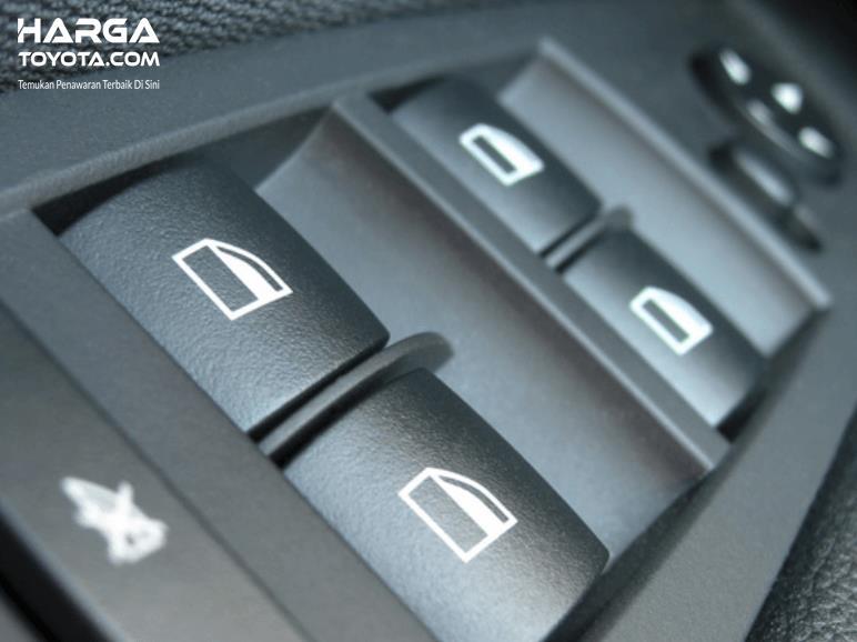 Gambar ini menunjukkan beberapa tombol power window pada mobil