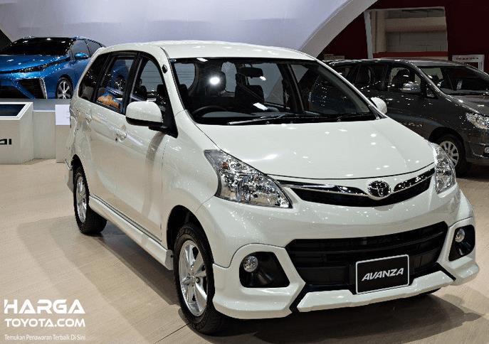Gambar ini menunjukkan mobil Toyota Avanza warna putih dalam sebuah pameran