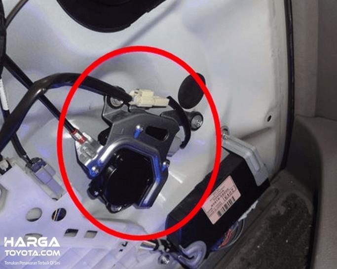 Gambar ini menunjukkan salah satu komponen dari pintu geser mobil Toyota Alphard