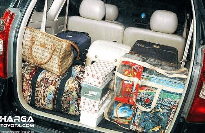 Gambar ini menunjukkan barang bawaan yang ditempatkan pada bagasi mobil