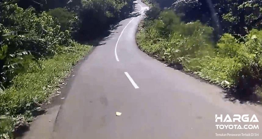 Gambar ini menunjukkan tanjakan yang ekstrim menuju arah pegunungan
