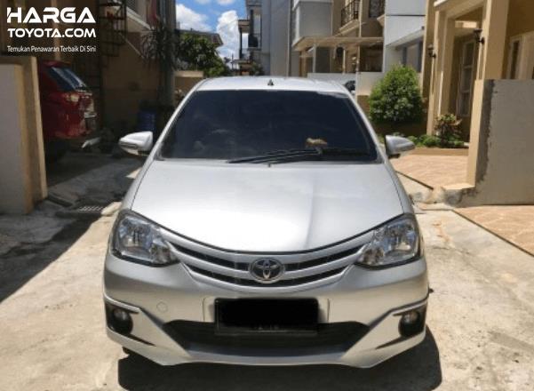 Gambar ini menunjukkan bagian depan Toyota Etios Valco warna silver