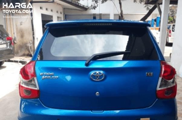 Gambar Ini menunjukkan bagian belakang Toyota Etios Valco warna biru dan terlihat wiper belakang