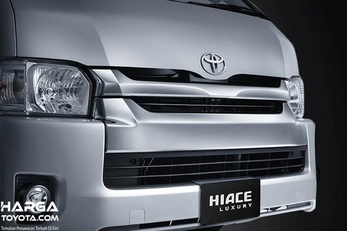 Gambar ini menunjukkan bagian depan mobil Toyota Hiace