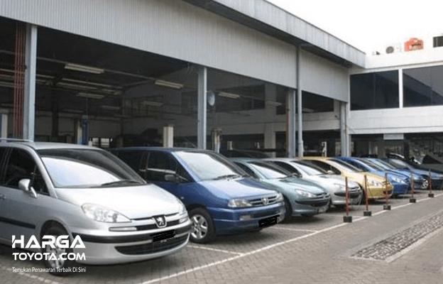 Gambar ini menunjukkan beberapa mobil yang diparkir berjejer dengan berbagai warna