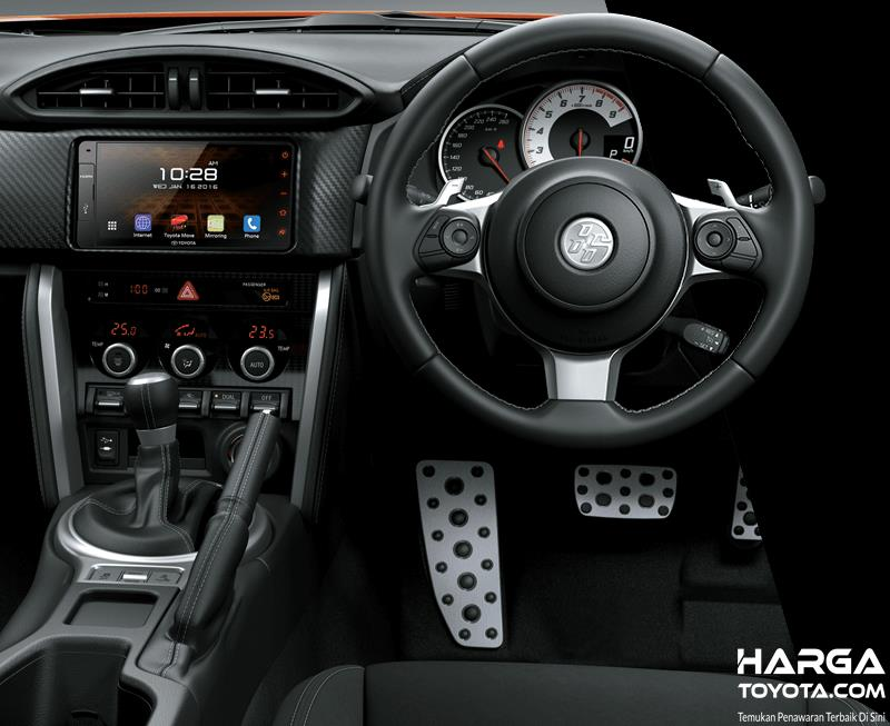 Gambar ini menunjukkan interior depan Mobil Toyota 86 terlihat kemudi dengan paddle shift
