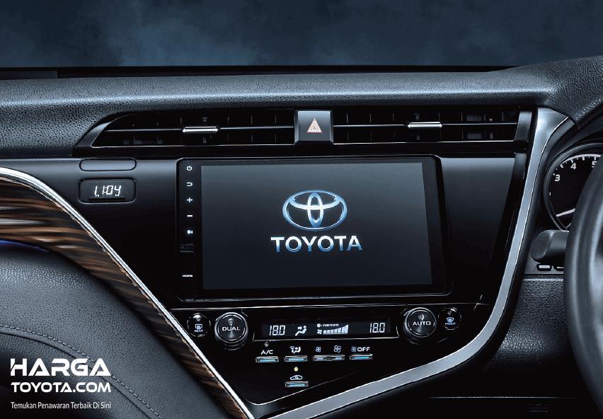 Gambar ini menunjukkan fitur pada dashboard Toyota Camry