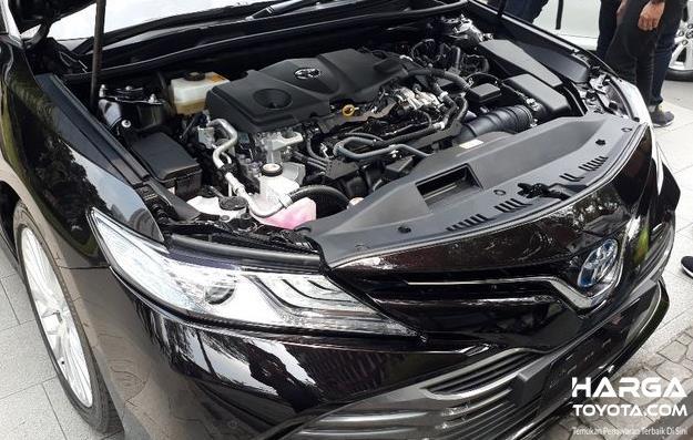 Gambar ini menunjukkan mesin mobil Toyota Camry Hybrid