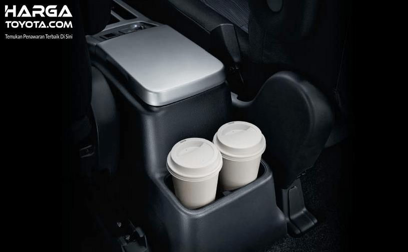 Gambar ini menunjukkan 2 buah botol minuman di dalam Toyota NAV1