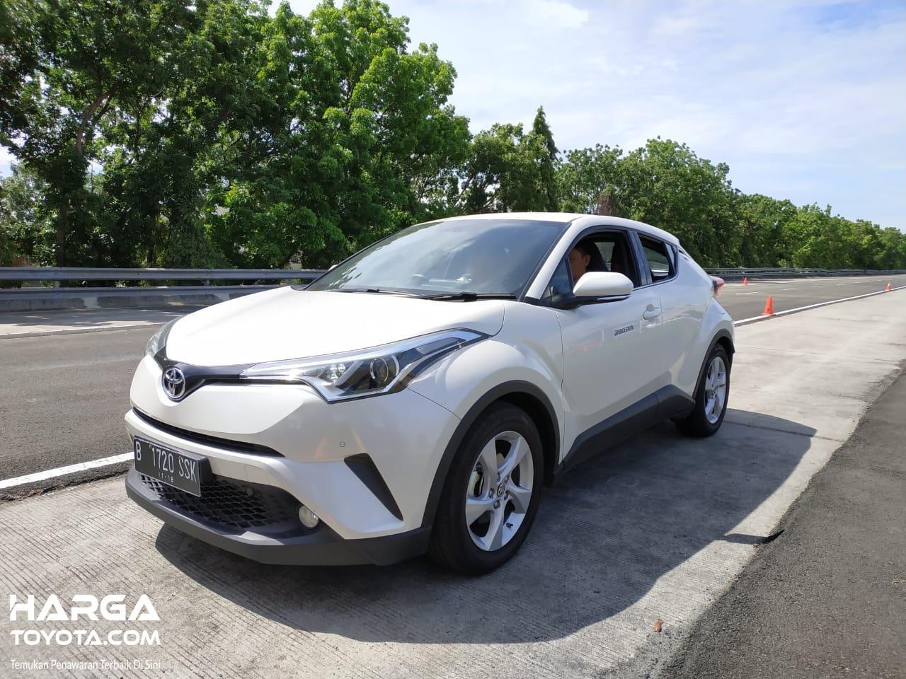 Tampak sebuah mobil Toyota C-HR 2018