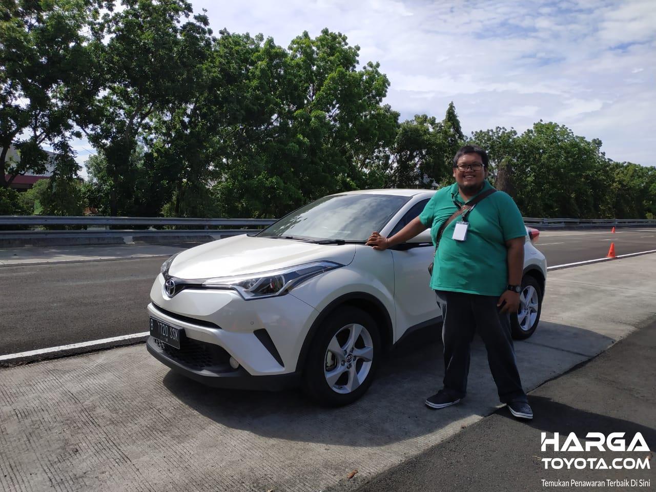 Tampak tim kami langsung mengetes fitur RCTA ini pada Toyota C-HR terbaru