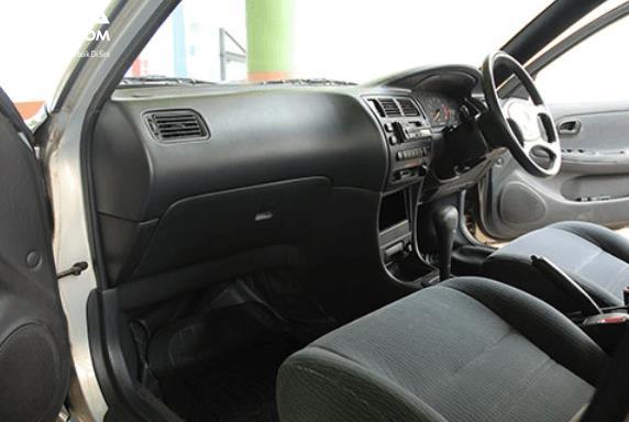 Gambar ini menunjukkan bagian interior depan Toyota Great Corolla