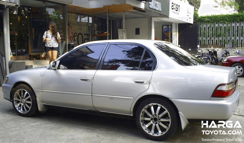 Gambar ini menunjukkan bagian sampaing Toyota Great Corolla Warna Putih