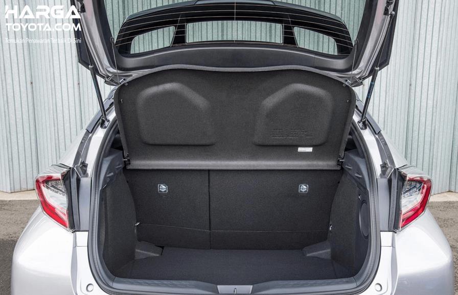Gambar ini menunjukkan sebuah mobil tampak belakang dengan pintu terbuka