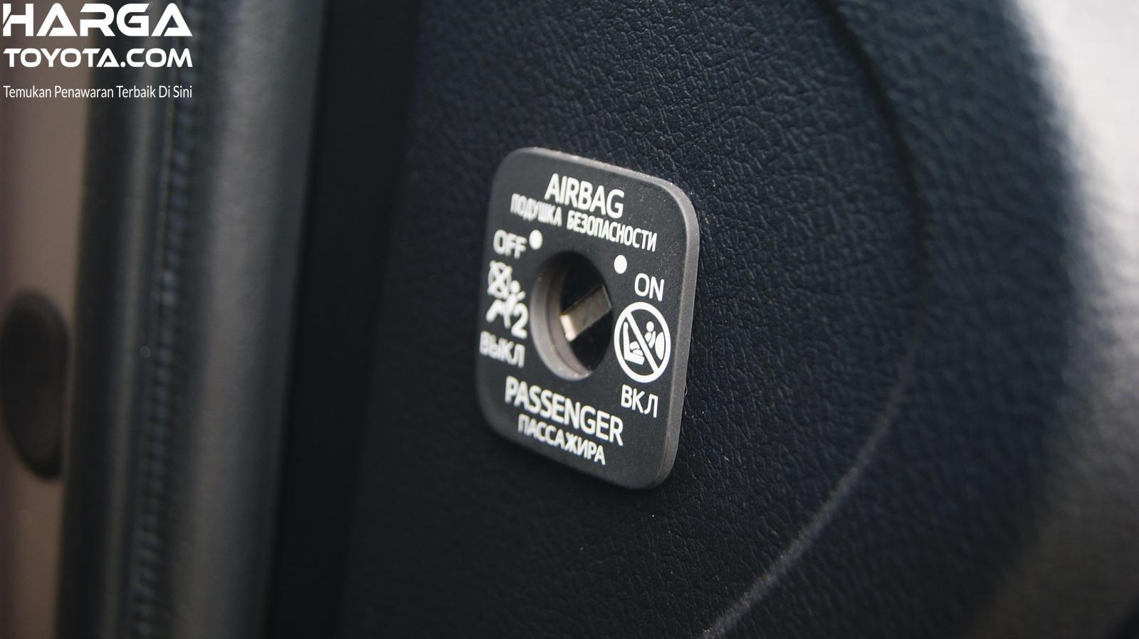 Tampak sebuah kenop untuk menonaktifkan airbag penumpang depan