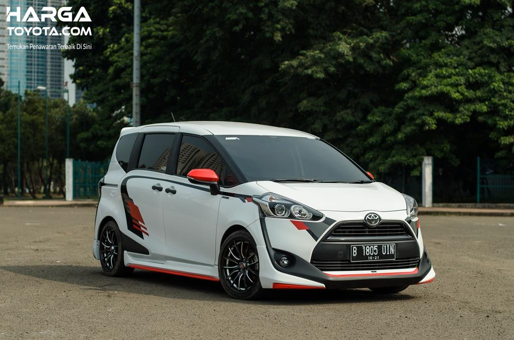 Toyota Sienta berwarna putih yang dimodifikasi