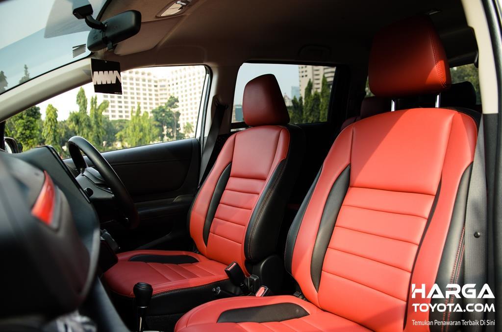 bagian dalam Toyota Sienta berwarna merah dan hitam
