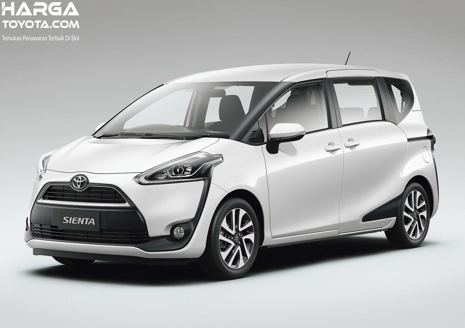 Toyota Sienta berwarna putih