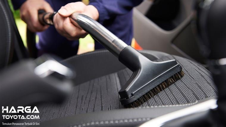 Membersihkan interior mobil juga menjadi komponen penting