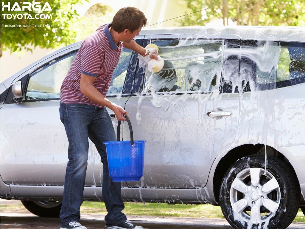 Mencuci mobil juga terbilang penting dalam pemeliharaan bodi luarnya
