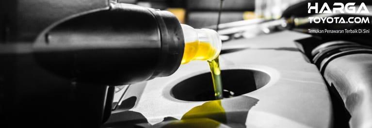 Mengecek oli secara berkala harus diganti ketika warna berubah menjadi hitam
