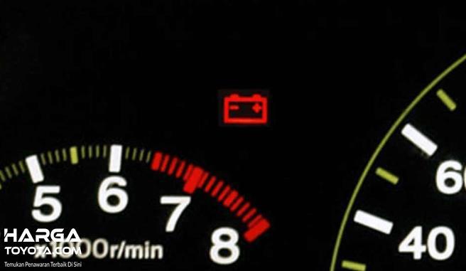 Gambar ini menunjukkan lampu indikator aki yang menyala warna merah