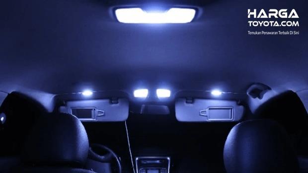 Gambar ini menunjukkan lampu dalam kabin mobil sedang dinyalakan