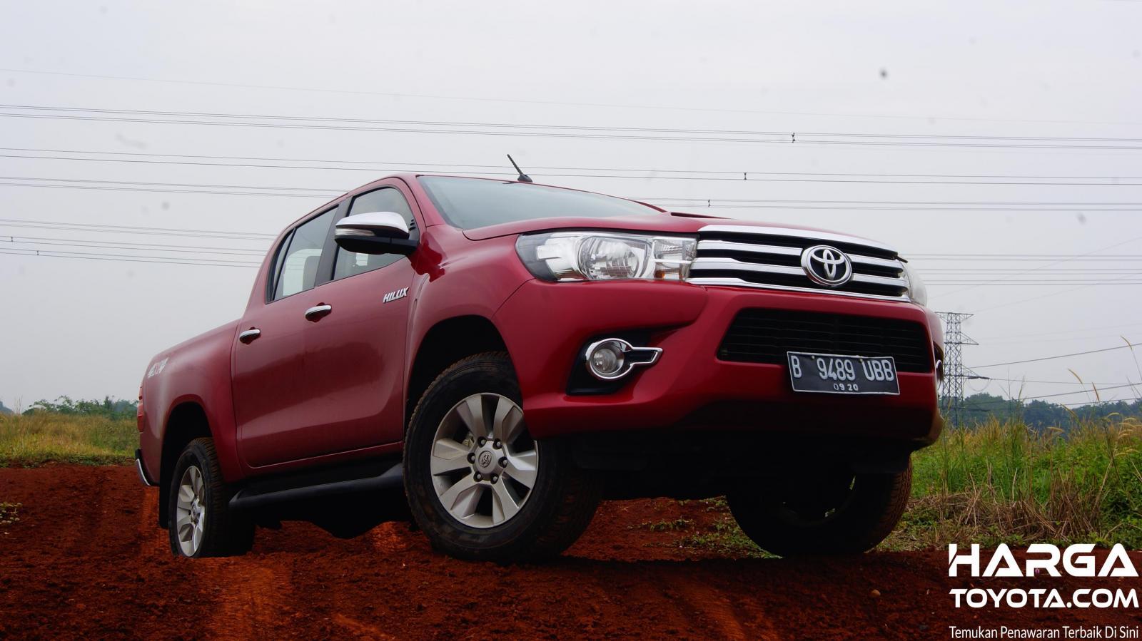 Tampak Toyota Hilux V 2.5 2015 berwarna merah