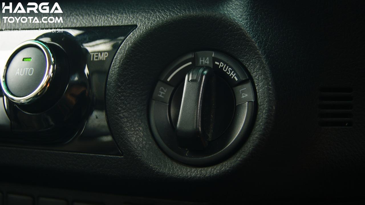 Tampak Kenop pengatur 4x4 di Toyota Hilux