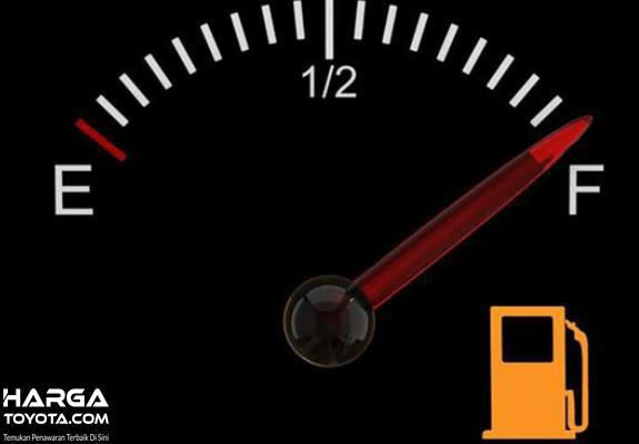 Gambar ini menunjukkan indikator bahan bakar dengan jarum menunjukkan penuh