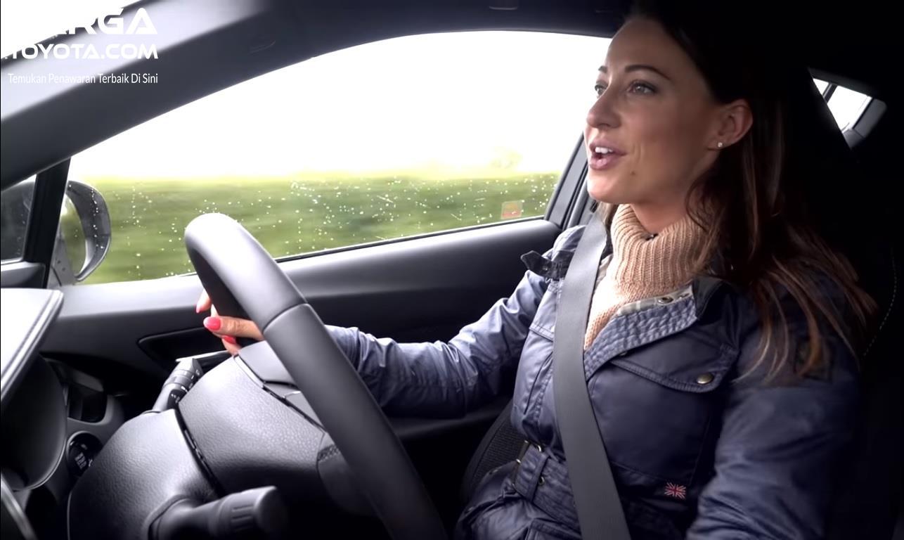 Berkendara wanita mobil toyota
