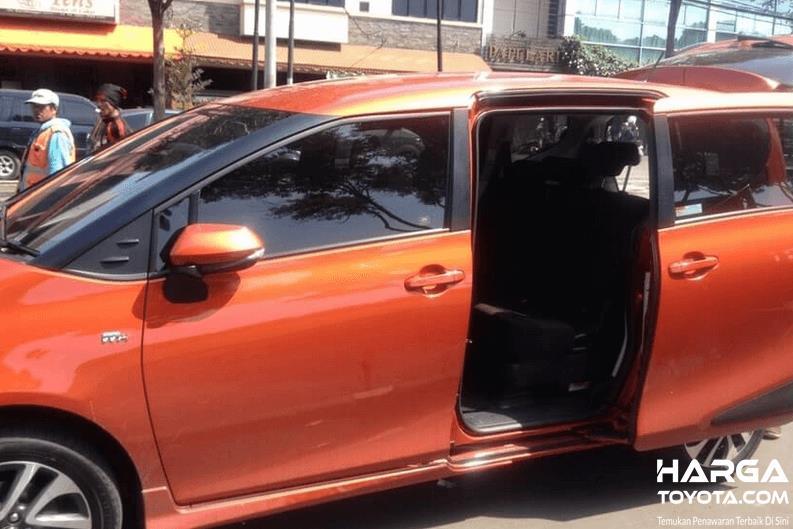 Gambar ini menunjukkan Toyota Sienta dengan pintu geser terbuka