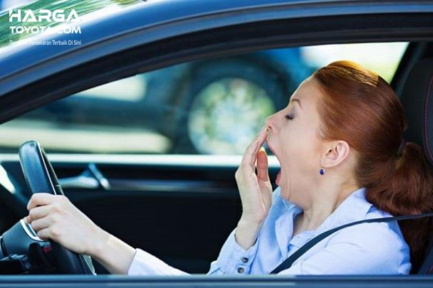 pengemudi wanita yang mengantuk ketika menyetir