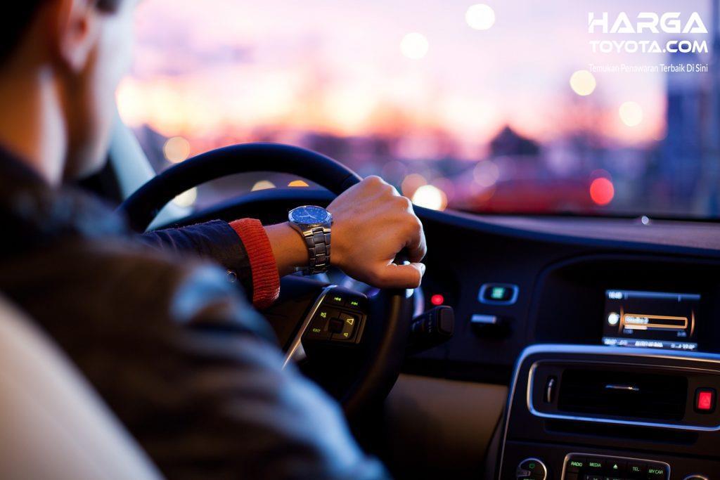 pengendara yang sedang mengemudi ketika puasa