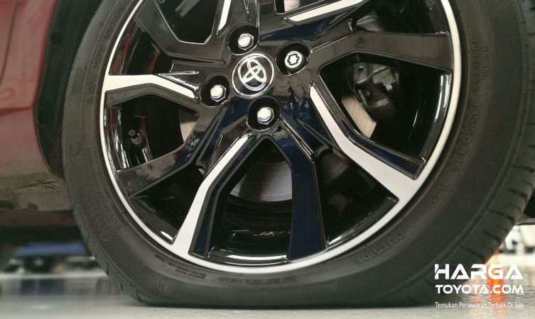 ban Toyota dan pelek berwarna hitam