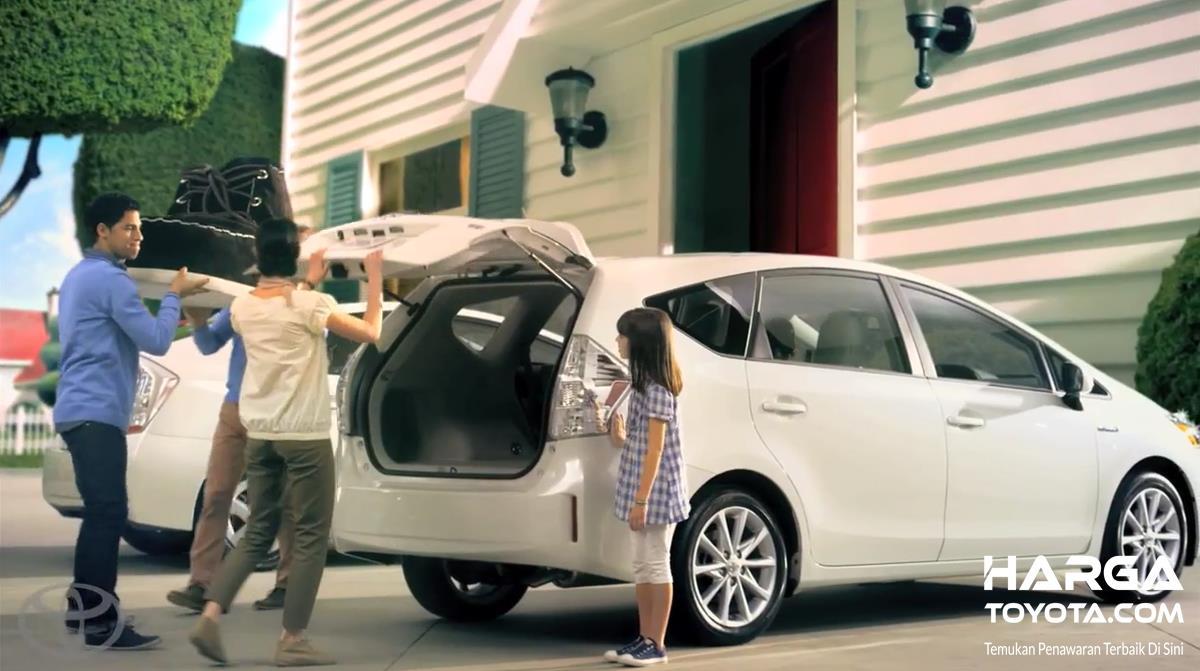 keluarga yang sedang mempersiapkan untuk mudik dengan mobil Toyota