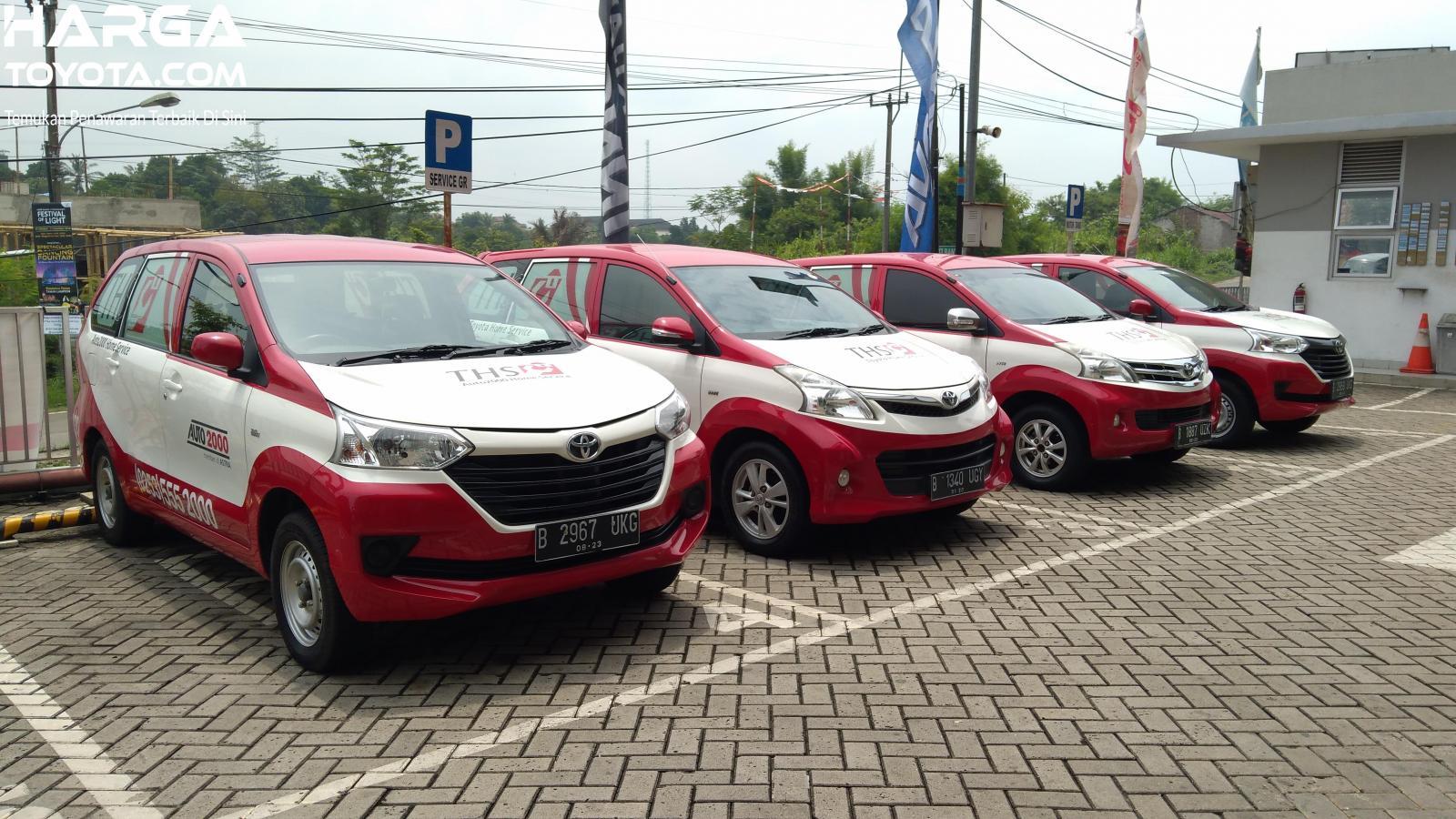 mobil Toyota Home Service berwarna putih dan merah