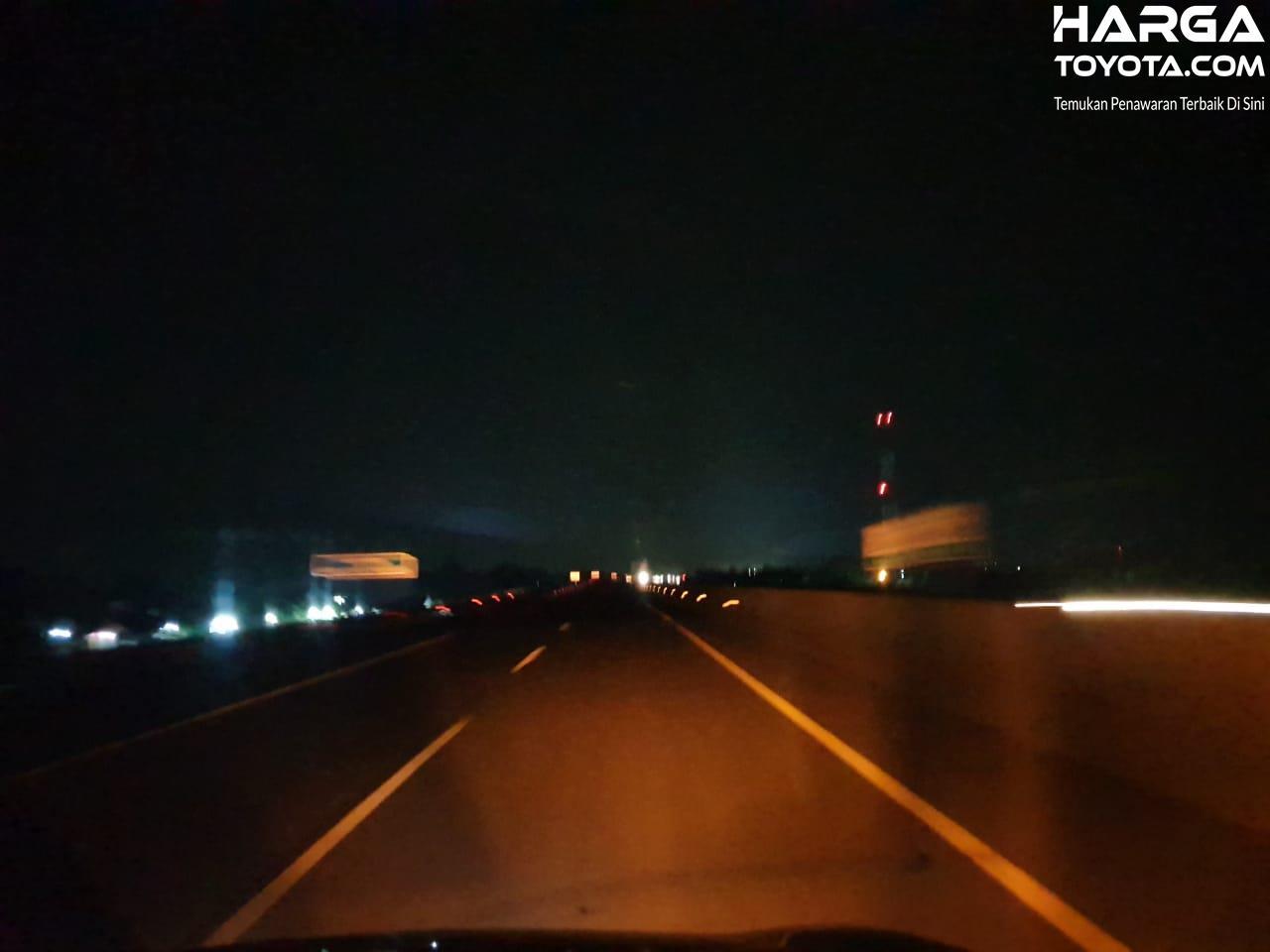 Lampu mobil mati di malam hari